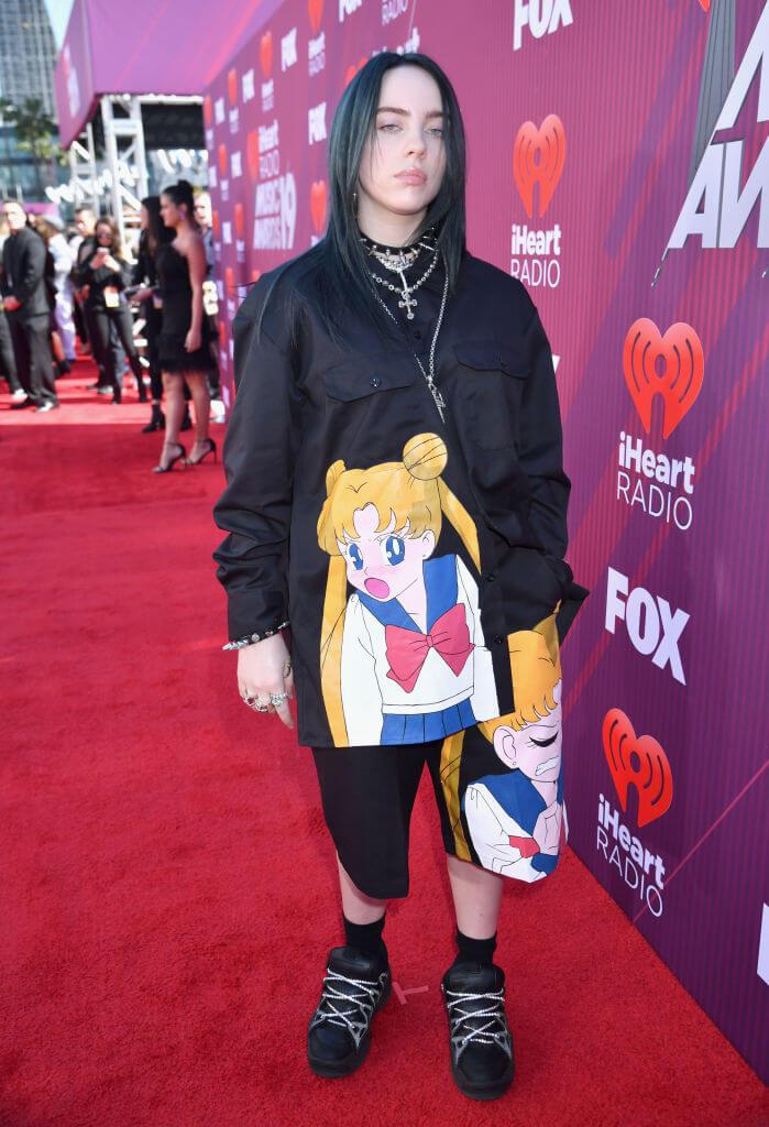 『美少女戦士セーラームーン』の主人公がプリントされたセットアップを着用したビリー・アイリッシュ。