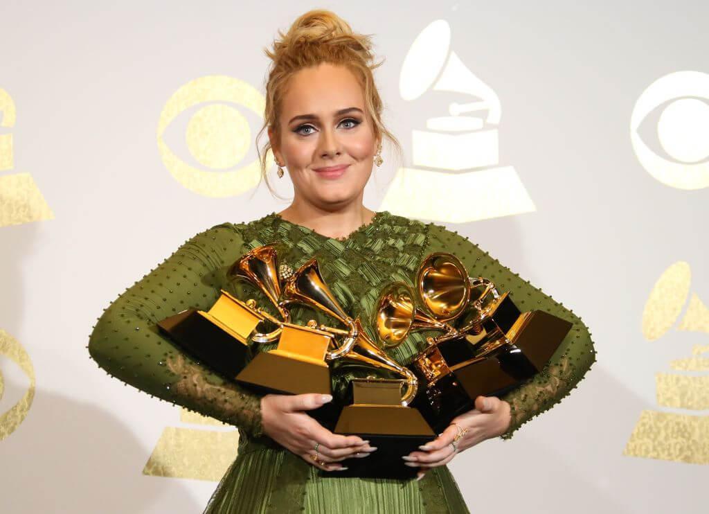 2017年のグラミー賞では、受賞者中の最多となる5冠を獲得したアデル。