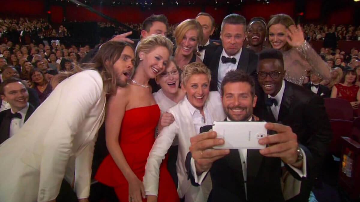 2014年のアカデミー賞授賞式では、司会のエレン・デジェネレスを囲む豪華スターのセルフィーにしっかり参加。この写真はツイッターでシェアされた後、1時間で100万回リツイートされた。