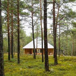 北欧の建築家夫妻が建てた森の中のシンプルな家