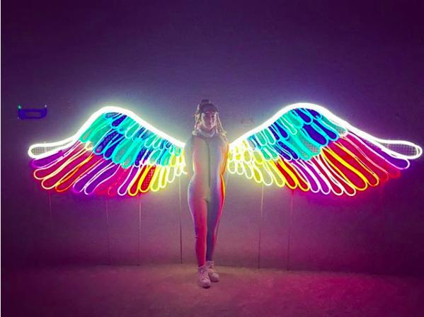レインボーの翼を携え暗闇に光り輝く、2016年に参加したケイティ・ペリー