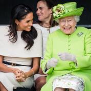 エリザベス女王とメーガン妃が、ふたりで笑顔の初公務!