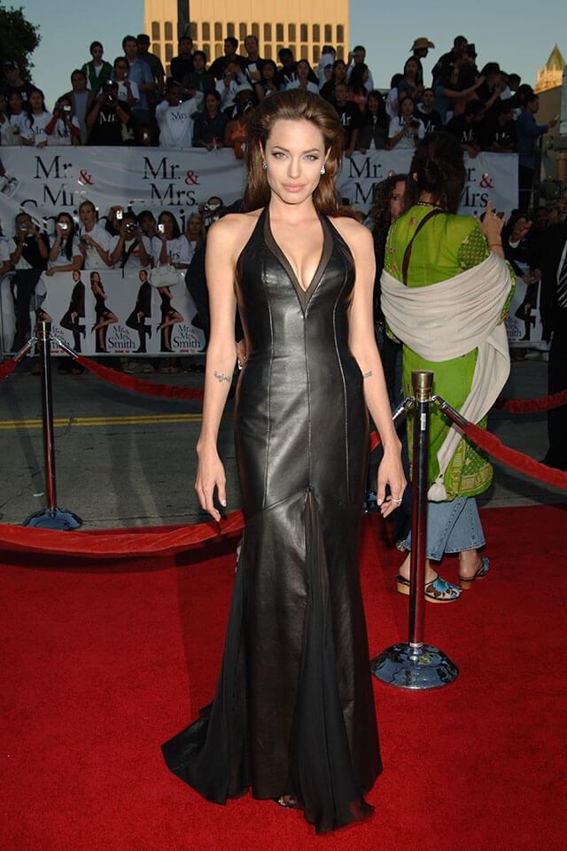 2005年公開『Mr.&Mrs.スミス』の世界プレミアにて。黒のレザードレスを身にまとったアンジェリーナ・ジョリー。