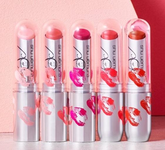 左から、magical kiss(マジカル キス)、unforgettable kiss(アンフォーゲッタブル キス)、spice kiss(スパイス キス)、flying kiss(フライング キス)、yummy kiss(ヤミー キス) 全5色 ¥3,200 ※すべて限定パッケージ、限定色