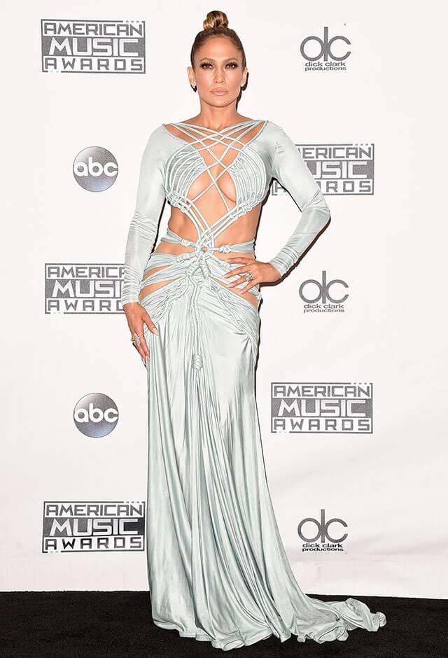 2015年のアメリカン・ミュージック・アワードにて。シャーベル・ゾーイのボンデージ風ドレスを身にまとったジェニファー・ロペス。