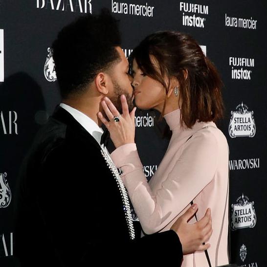 9月 公共の場で、熱烈キスを披露!
