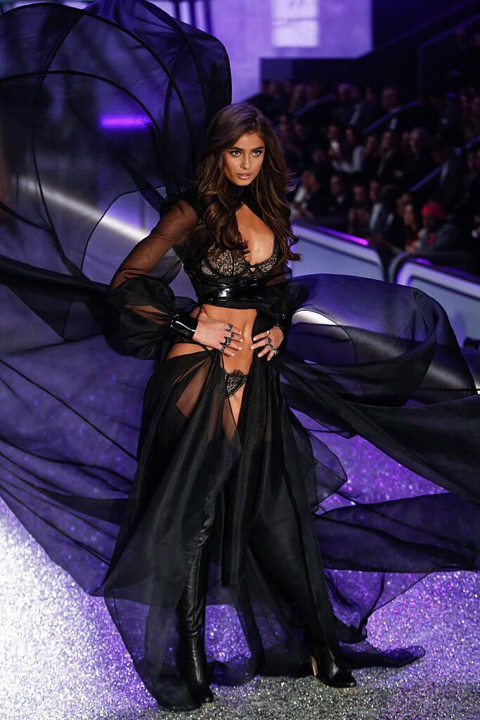 2016年のファッションショーでは、透けたブラックの衣装が大人っぽい印象のテイラー・ヒル。