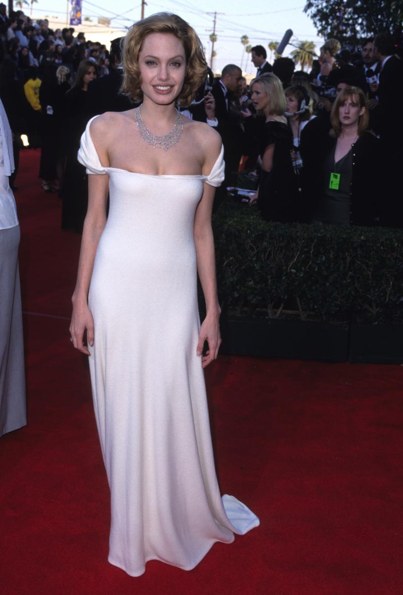 『ジア 裸のスーパーモデル』では、主要映画賞のひとつである全米映画俳優組合賞も受賞。当時『17歳のカルテ』を撮影中だったようで、ブロンドヘアが新鮮な印象。ゴージャスなオフショルダーのドレス姿からは、すでに大女優の風格が!