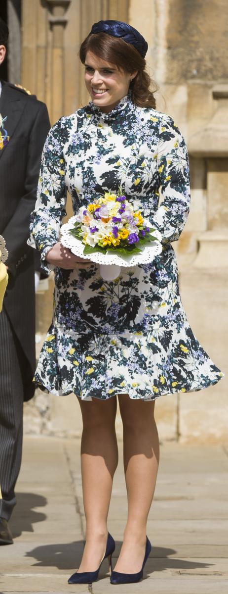 ユージェニー王女はネイビーとイエローの花柄ワンピースを着用。