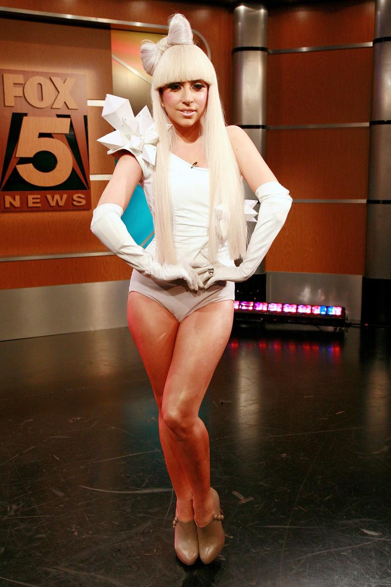 デビュー当時のレディー・ガガ。スイムウェアのようなセクシーなスタイルが印象的。