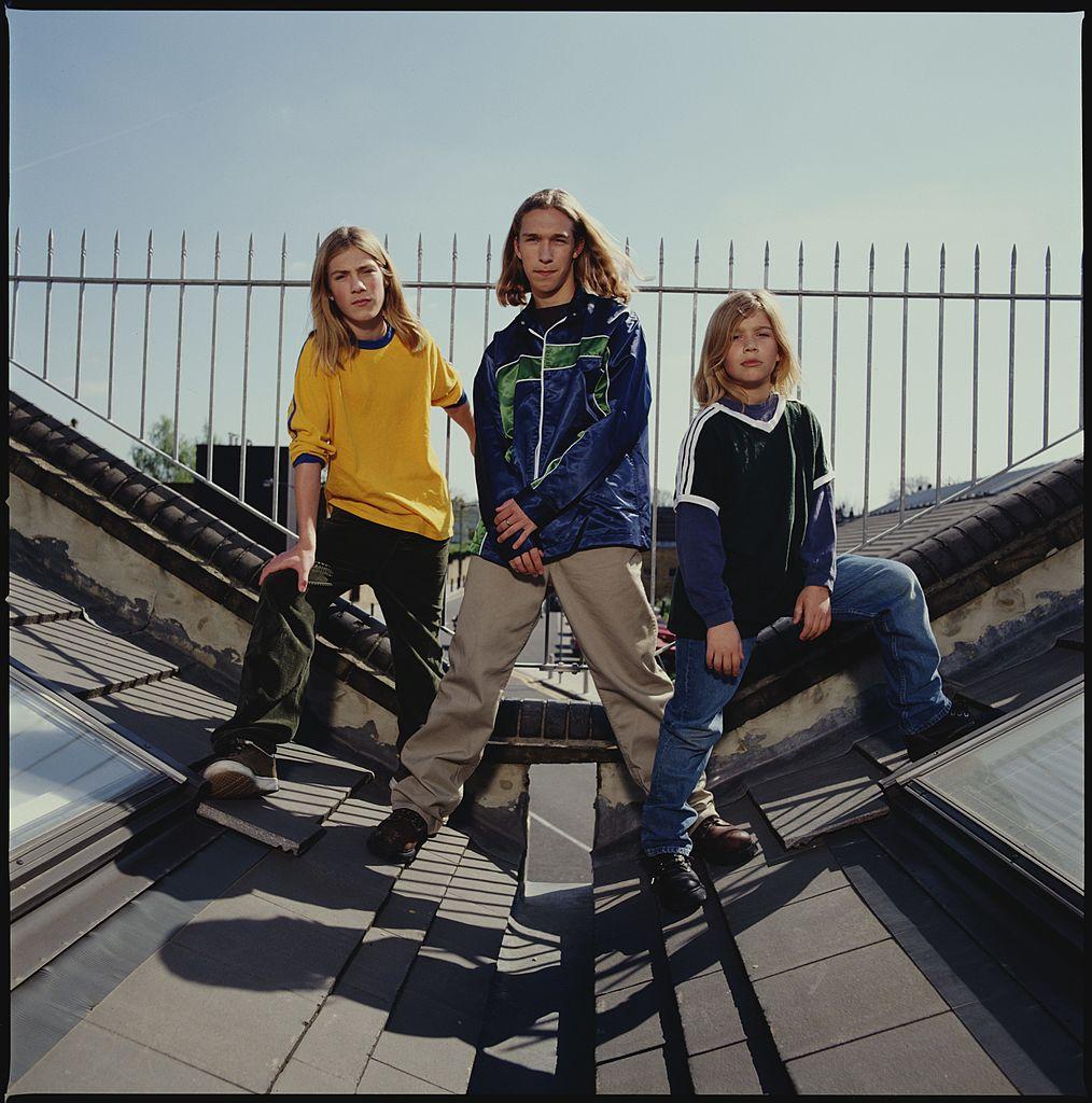 '92年に元祖イケメン兄弟グループとして、デビューを果たしたハンソン。ファーストシングル『キラメキ☆ンー・バップ』はスマッシュヒットとなり、世界24カ国で1位に! 当時、長男アイザックは16歳、次男テイラーは14歳、そして三男のザックは11歳という若さだった。