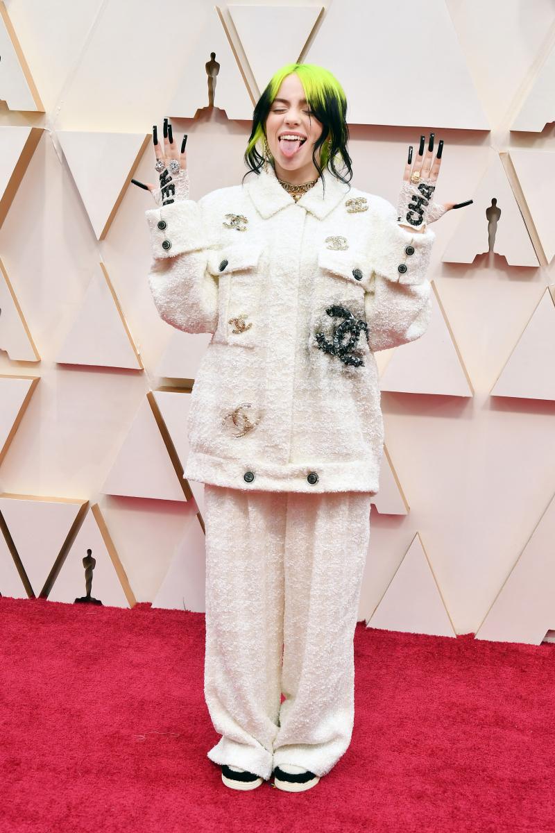 【2020年2月】テリークロスのようなスーツにロゴのブローチでアピール