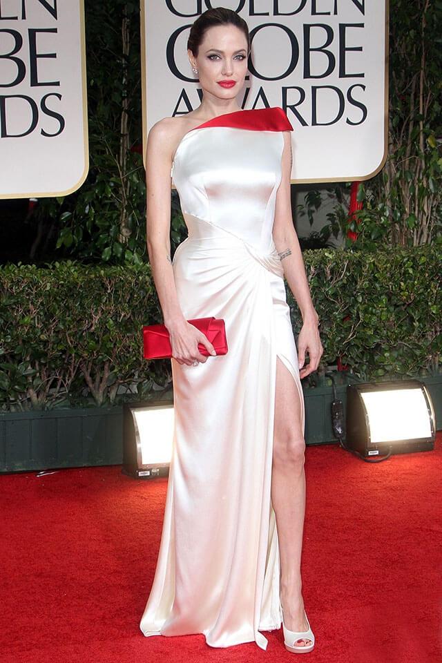 第69回ゴールデングローブ賞に出席したアンジェリーナ・ジョリー。アトリエ・ヴェルサーチェの紅白ドレスを着用。