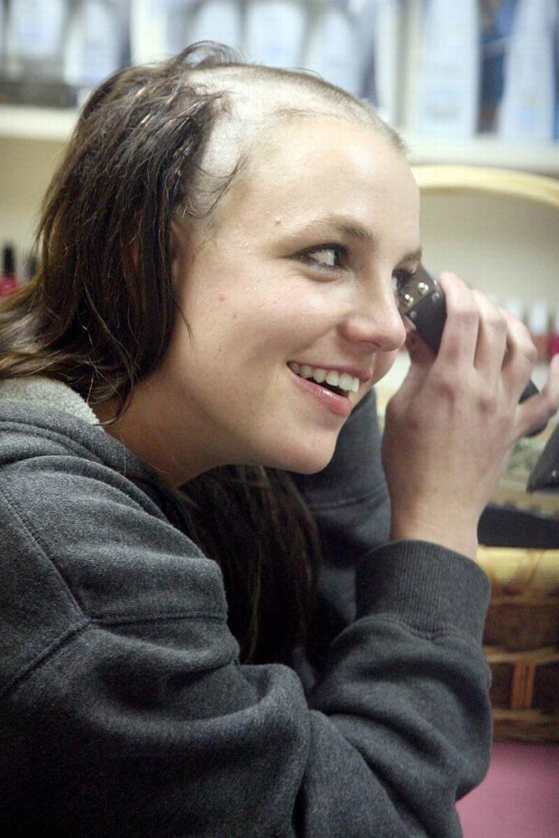 2007年、精神状態が不安視される中、ヘアサロンで自ら丸刈りに髪を剃り落としたブリトニー・スピアーズ。