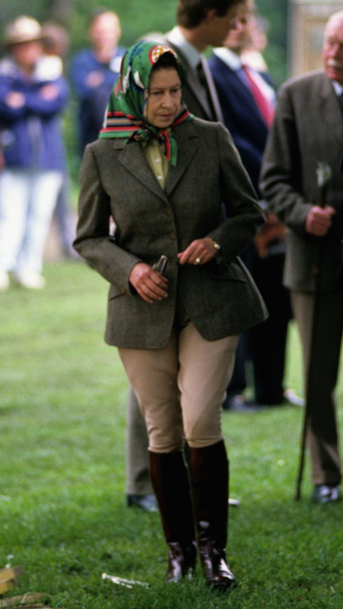 ジャケット×ジョッパーズに、スカーフという変わらぬ乗馬スタイル