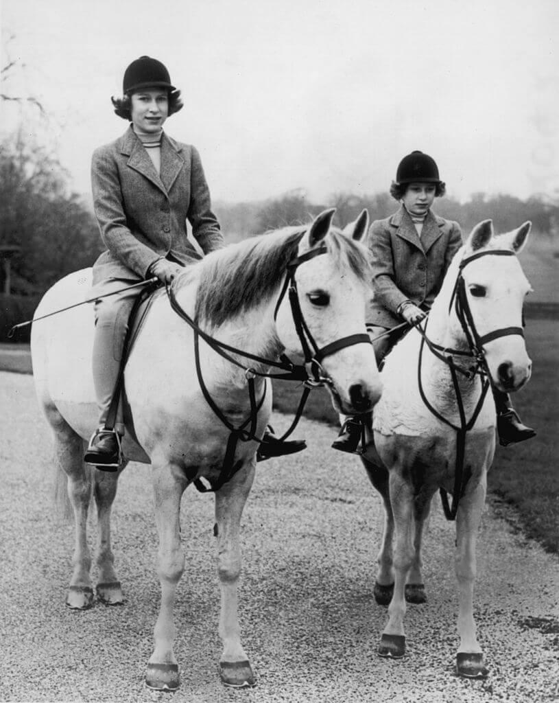 (左から)14歳のエリザベス王女、10歳のマーガレット王女。Photo:Getty Images