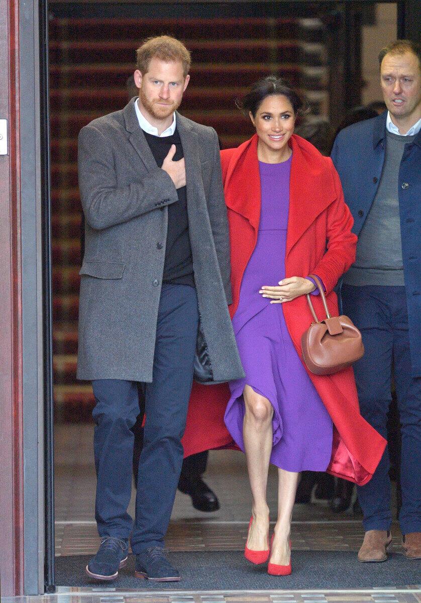 赤と紫の大胆な組み合わせで登場したメーガン妃。