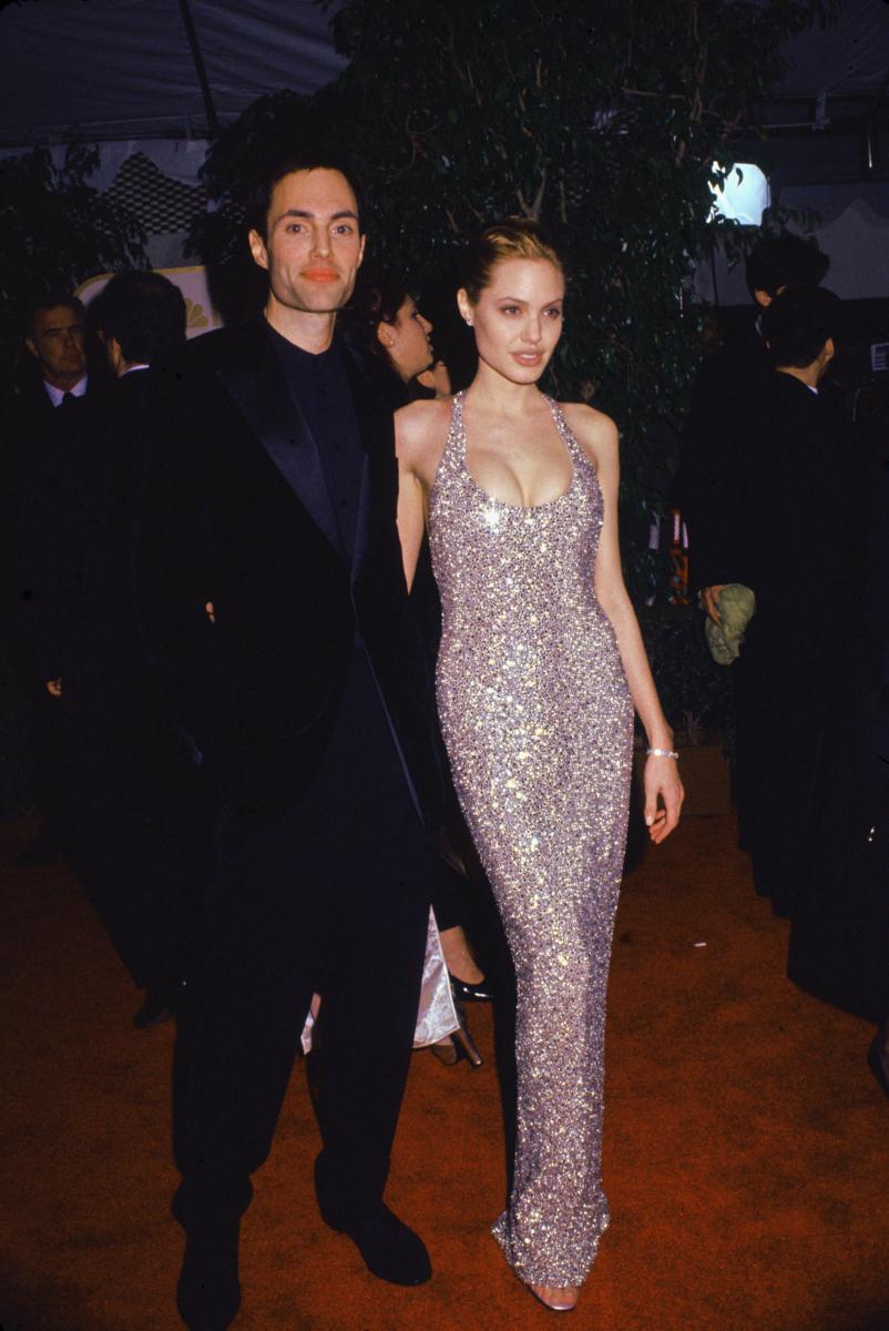 テレビ映画『ジア 裸のスーパーモデル』で、主人公の実在したスーパーモデル、ジア・キャランジをオールヌードも辞さずに熱演。これが高く評価され、1999年のゴールデングローブ賞では見事、主演女優賞をゲット。大喜びし、ドレスのままプールにダイブしたというエピソードも。