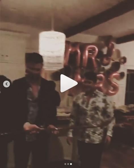 マイリーとリアムの友人のSNSに投稿された動画には、「MR」と「MRS」のバルーンも。