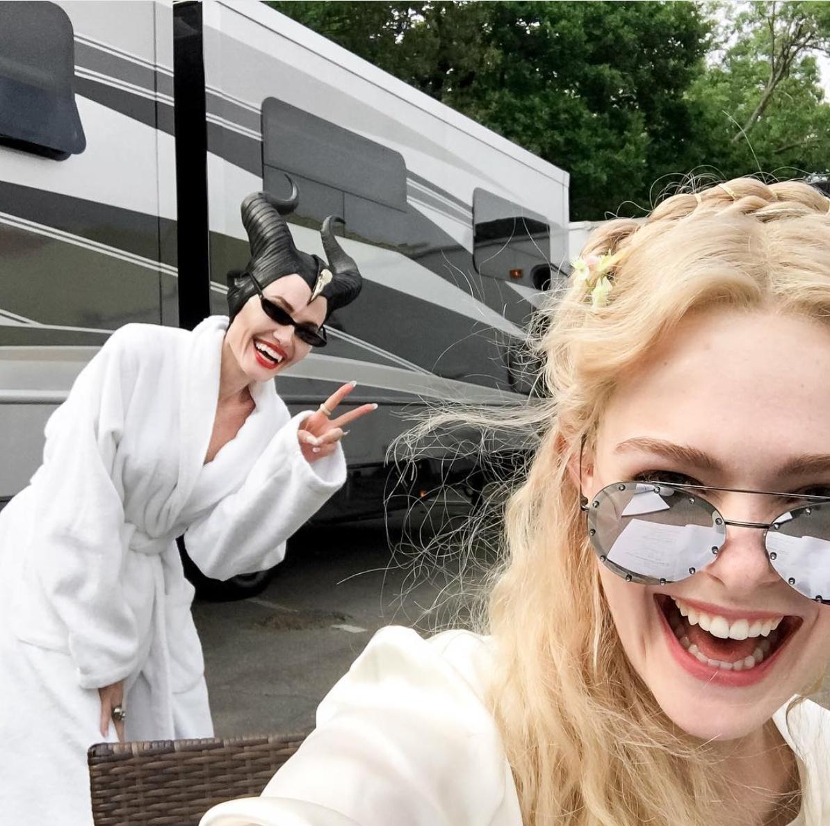 2018年5月にロンドンで『マレフィセント2』の撮影がスタートし、オーロラ姫役のエル・ファニング(20)にフォトボム! ブラッドとの親権争いでは、ブラッドと子どもたちの面会を制限していることが発覚。判事からもっと父親に会わせるよう命じられる。