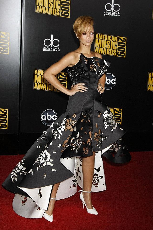 2009年、マルケッサのドレスで、アメリカン・ミュージック・アワードに出席したリアーナ。