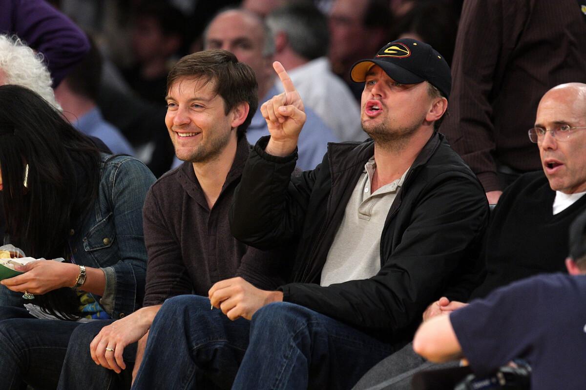 2009年、NBA観戦に出掛けたトビー・マグワイアと、レオナルド・ディカプリオ。