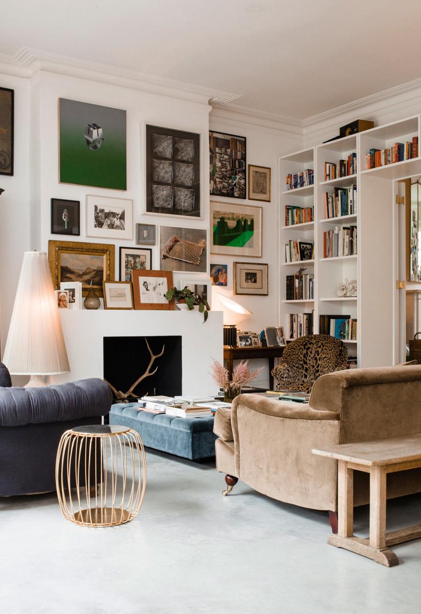クラウディアは美術品やアンティークといった  意味のある品々のコラージュで部屋を埋め尽くしている