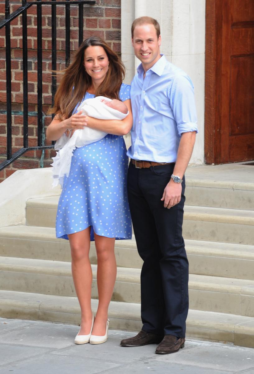 産後はドット柄のワンピースを着用したキャサリン妃。