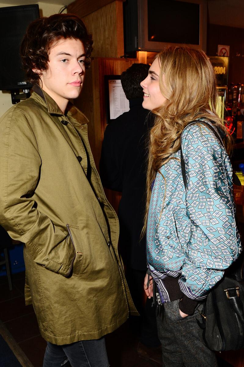 2012年にカーラ・デルヴィーニュと交際していたハリー・スタイルズ。