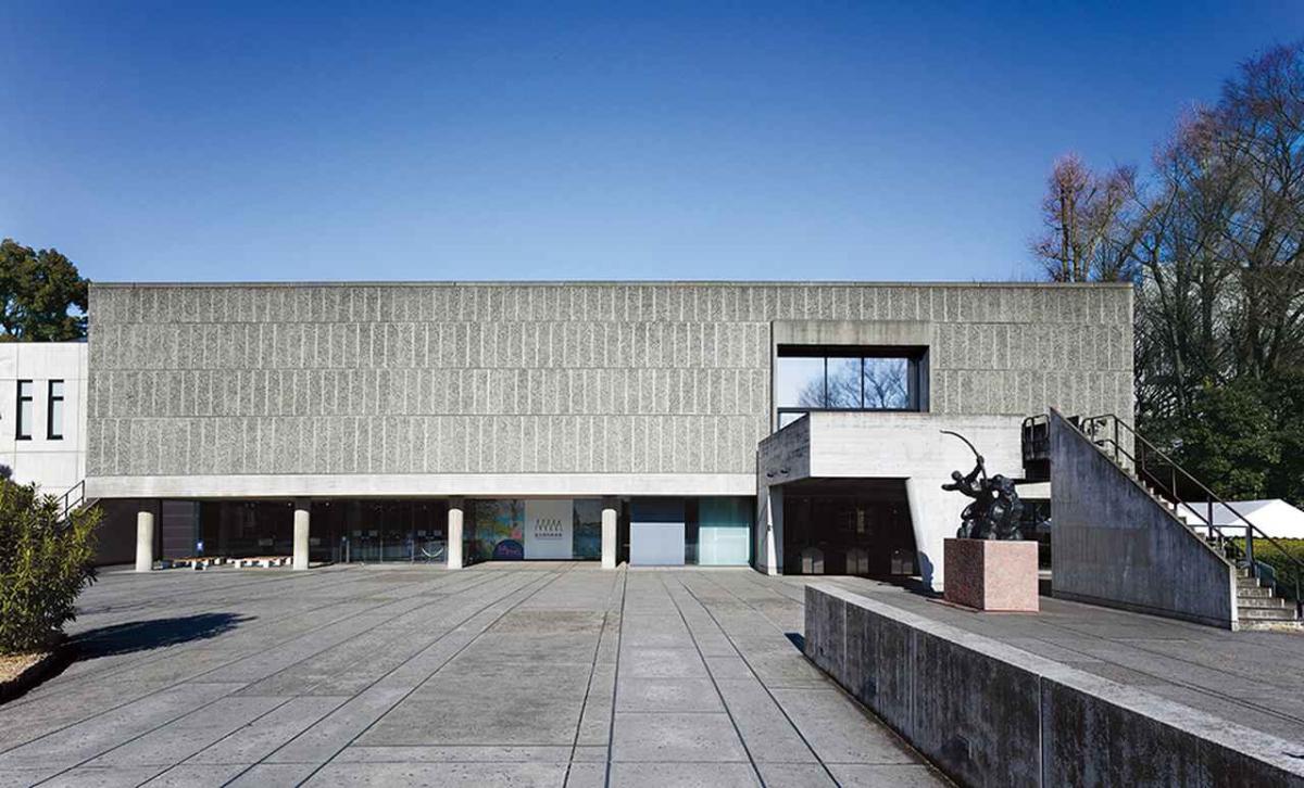 ほかの写真をみる ル・コルビュジエが設計した、東アジアで唯一の建築作品。いたって控えめな外観の〈国立西洋美術館〉(1959年竣工・東京)