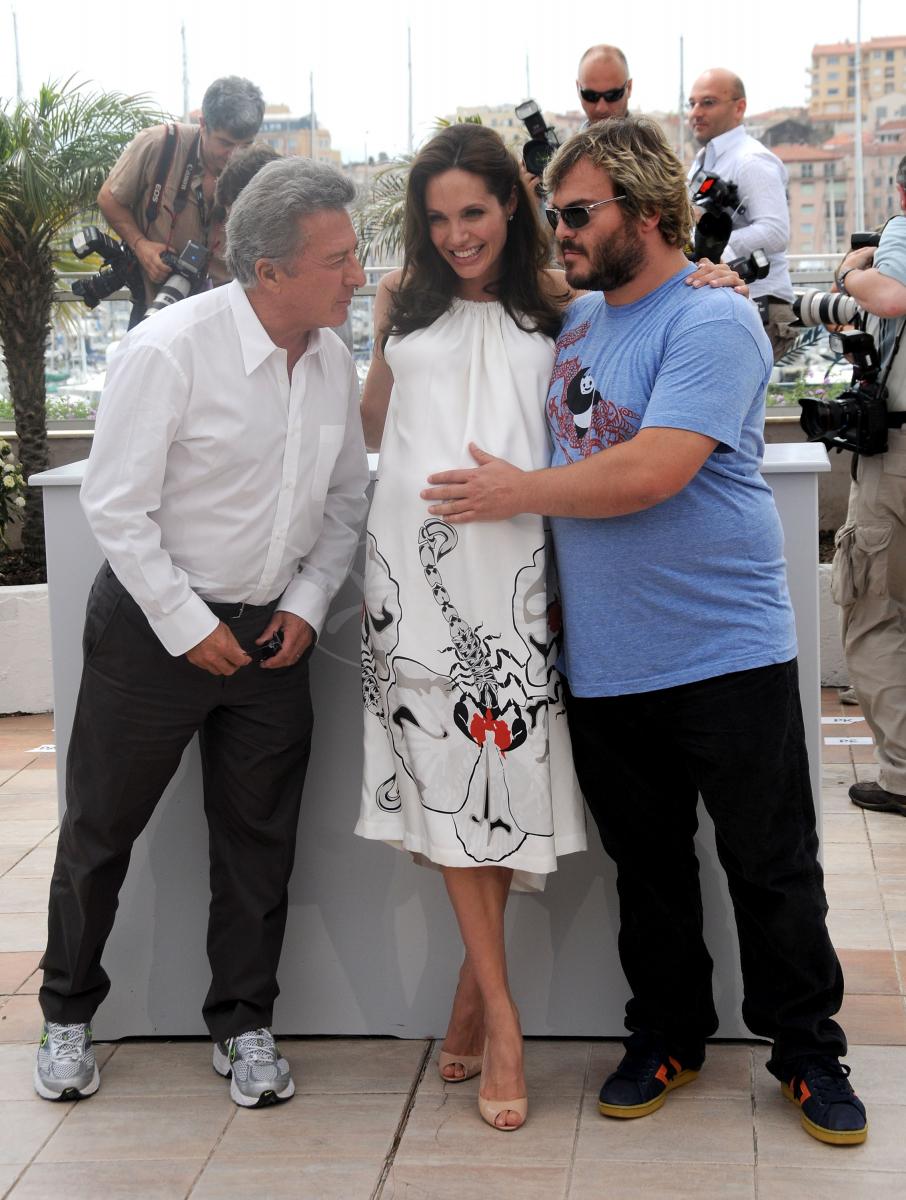 2008年のカンヌ国際映画祭に大きなお腹で参加。アンジーは双子妊娠中であることを秘密にしていたが、『カンフーパンダ』で共演したジャック・ブラック(右・49)がメディアにうっかりバラしてしまった。7月12日、フランスでノックス・レオン、ヴィヴィアン・マルシェリーヌという男女の双子を出産。