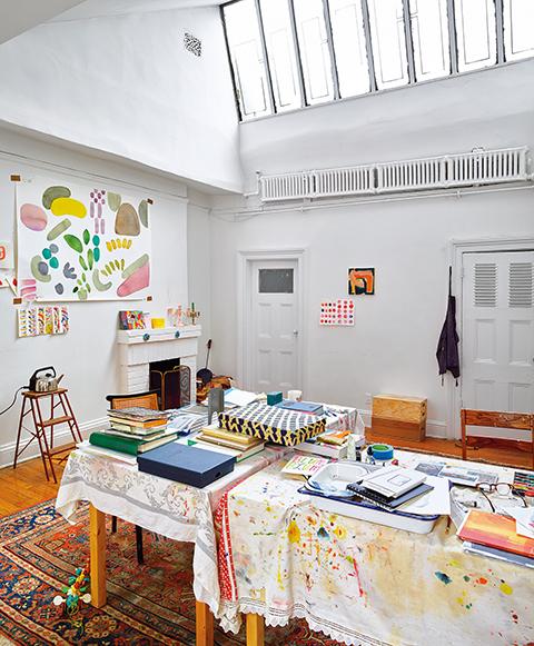 アパートメント6 通りに面した最上階のスタジオでは アーティストのリアン・シャプトンの作品が 明かり取りからの光があたる壁にかけられている