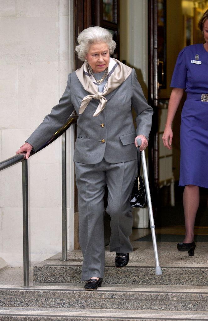 かなりレアなパンツスーツ姿のエリザベス女王