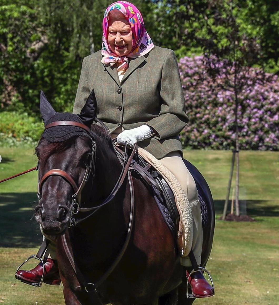 94歳のエリザベス女王がみせた気品漂う乗馬ルック
