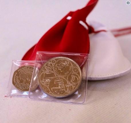 式典で男女93名ずつに配布された銀貨。