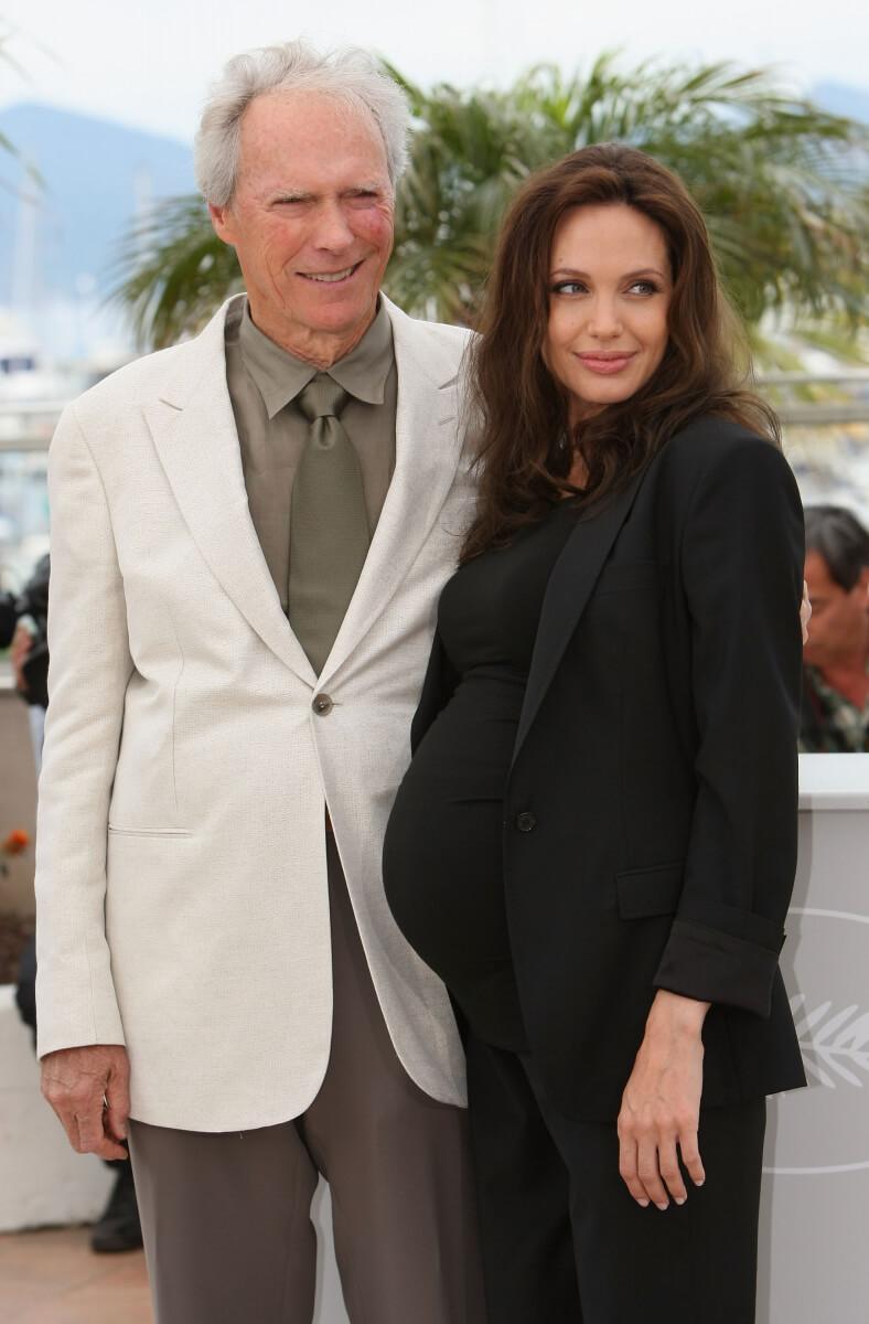 第61回カンヌ映画祭のフォトコールに応じるクリント・イーストウッド監督とアンジェリーナ・ジョリー。