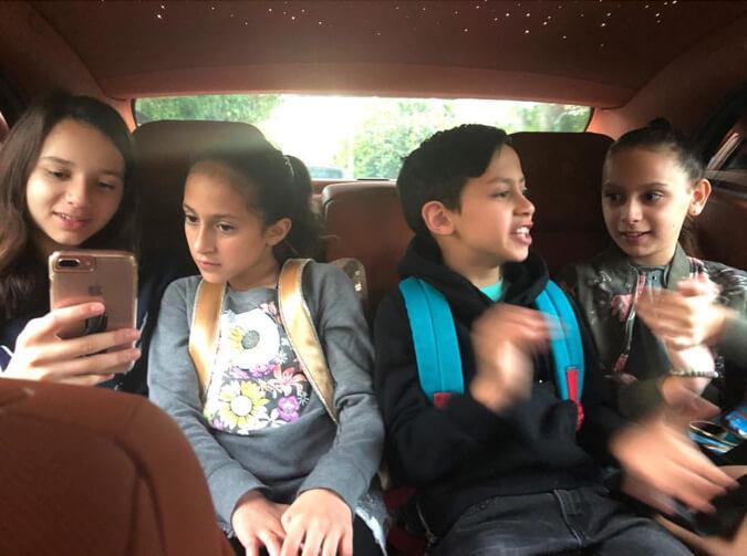 両サイドふたりがアレックスと元妻シンシア・カーティスの間にもうけた子ども。左からナターシャちゃん、真ん中ふたりはジェニファーの実子エメちゃん、マクシミリアンくん、そしてエラちゃん。