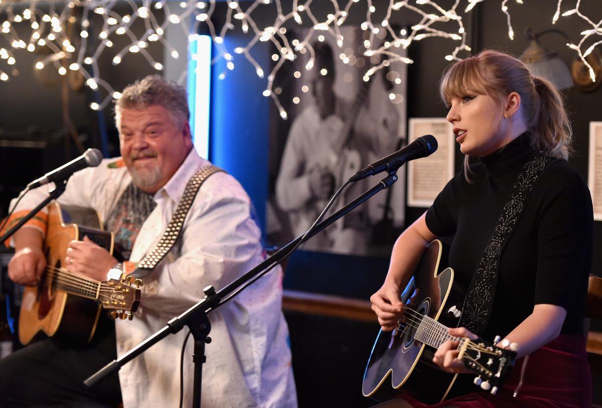 思い出のカフェ「ブルーバード」にサプライズゲストとして招かれたテイラーが、ステージに登場。Photo:Getty Images