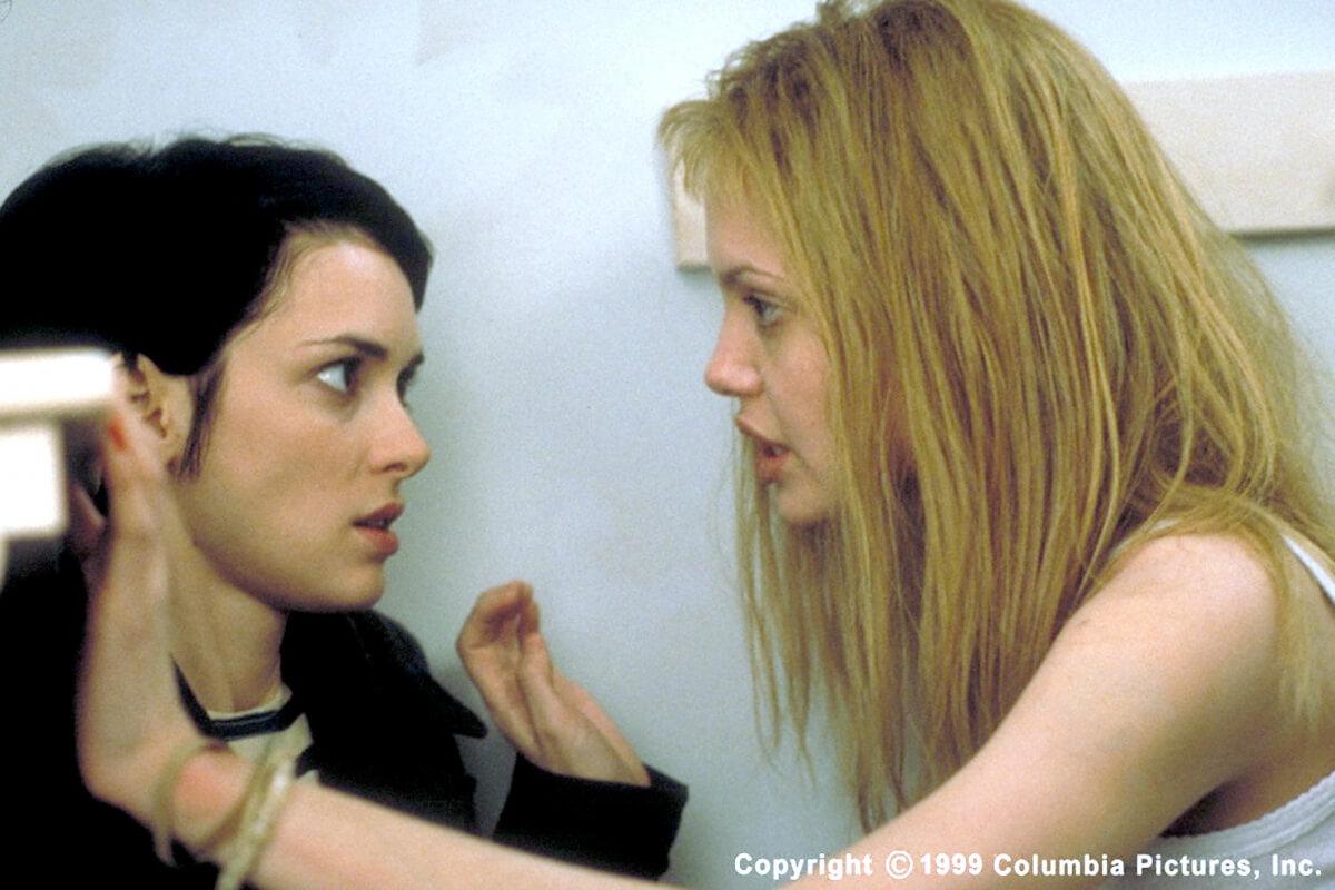 映画『17歳のカルテ』劇中のウィノナ・ライダーとアンジェリーナ・ジョリー。