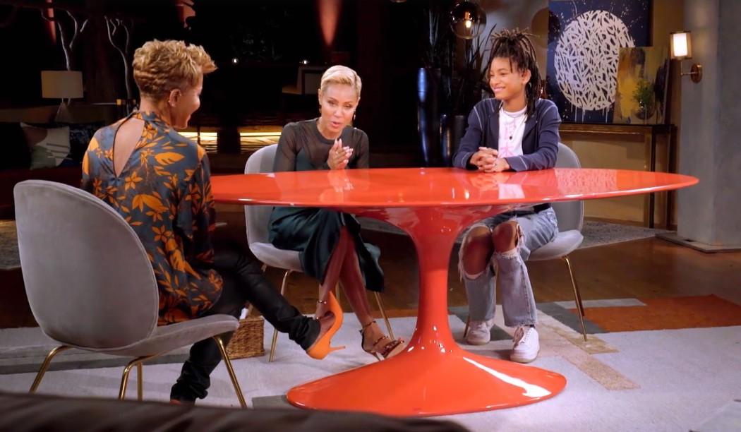 母ジェイダ司会のトーク番組に、祖母エイドリアンと出演したウィロー。ポリアモリーをテーマにトークを展開した。