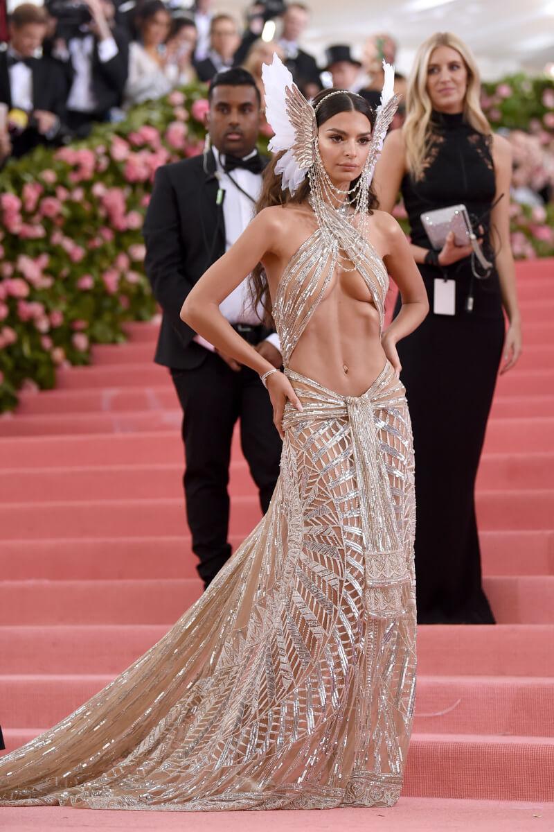 メットガラでは、デュンダスのドレスをチョイスしたエミリー・ラタコウスキー。