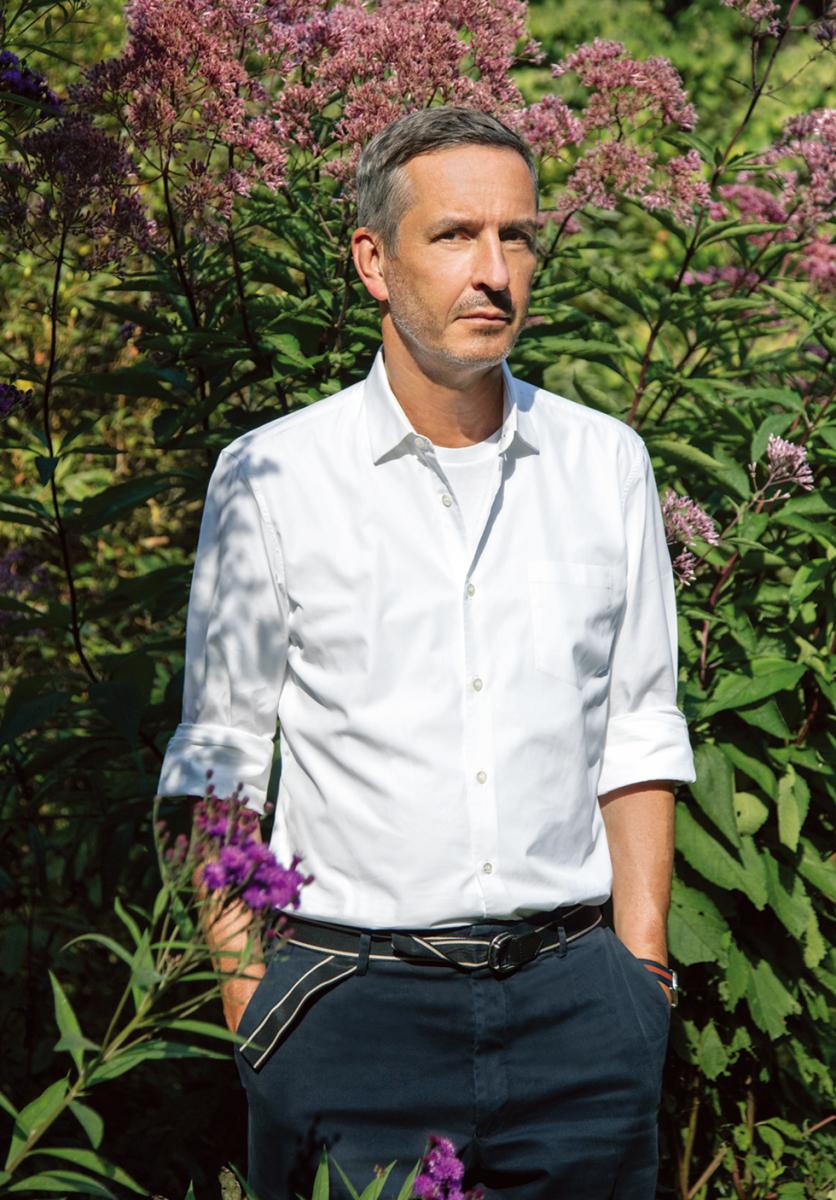 類まれなセンスで色と柄を紡ぎ出すデザイナー、ドリス・ヴァン・ノッテン。 アントワープ郊外の自宅の庭にて