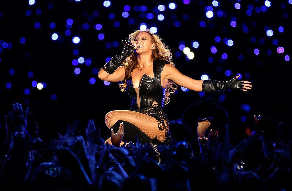 2013年2月に出演した第47回スーパーボウルのハーフタイムショーのステージにて熱唱するビヨンセ。