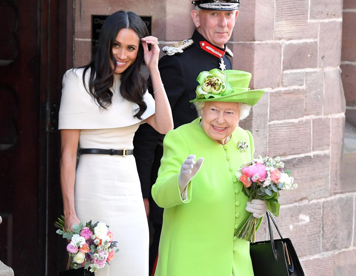 数千人もの観衆に歓迎され、それに手を振って応えるエリザベス女王とメーガン妃。Photo:Getty Images