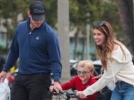 仲良く遊ぶ姿にほのぼの! クリス・プラット、婚約者のキャサリン・シュワルツェネッガー&息子の3人でお出かけ