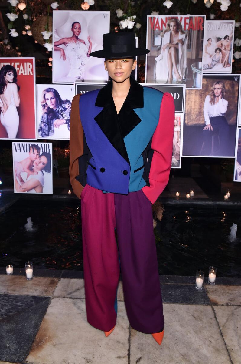マークジェイコブスのジャケットにワイドパンツを合わせたオーバーサイズのコーディネートを披露したゼンデイヤ。
