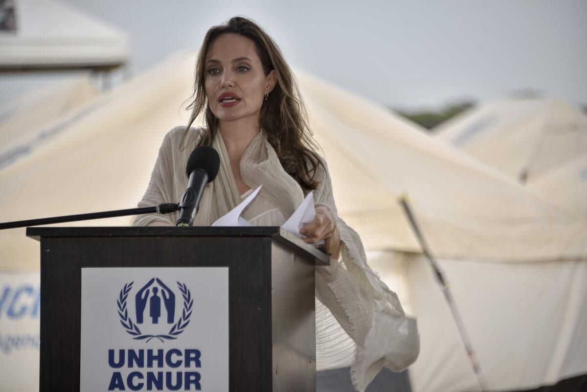 2001年よりUNHCR(国連難民高等弁務官事務所)の親善大使に任命され、難民問題に取り組んでいるアンジェリーナ・ジョリー。