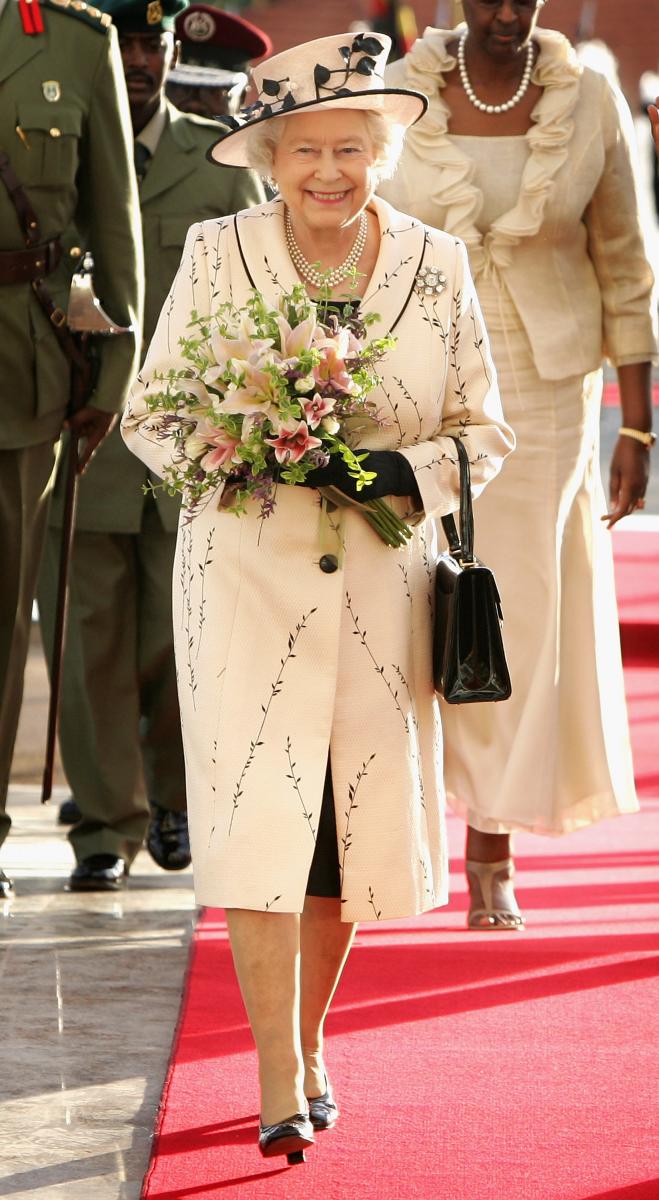 生成色のワンピースコートでエレガントな装い