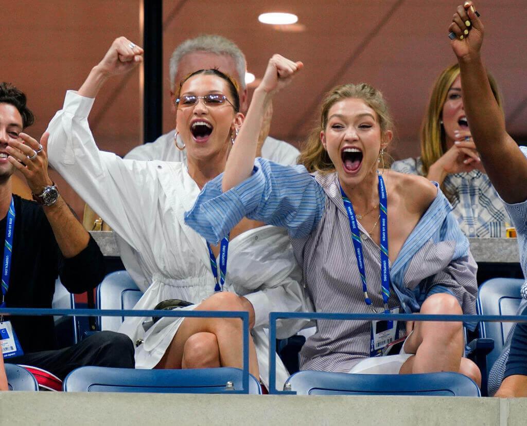 「全米オープンテニス2018」の観客席でキャッチされたジジ・ハディッドと妹のベラ・ハディッド。