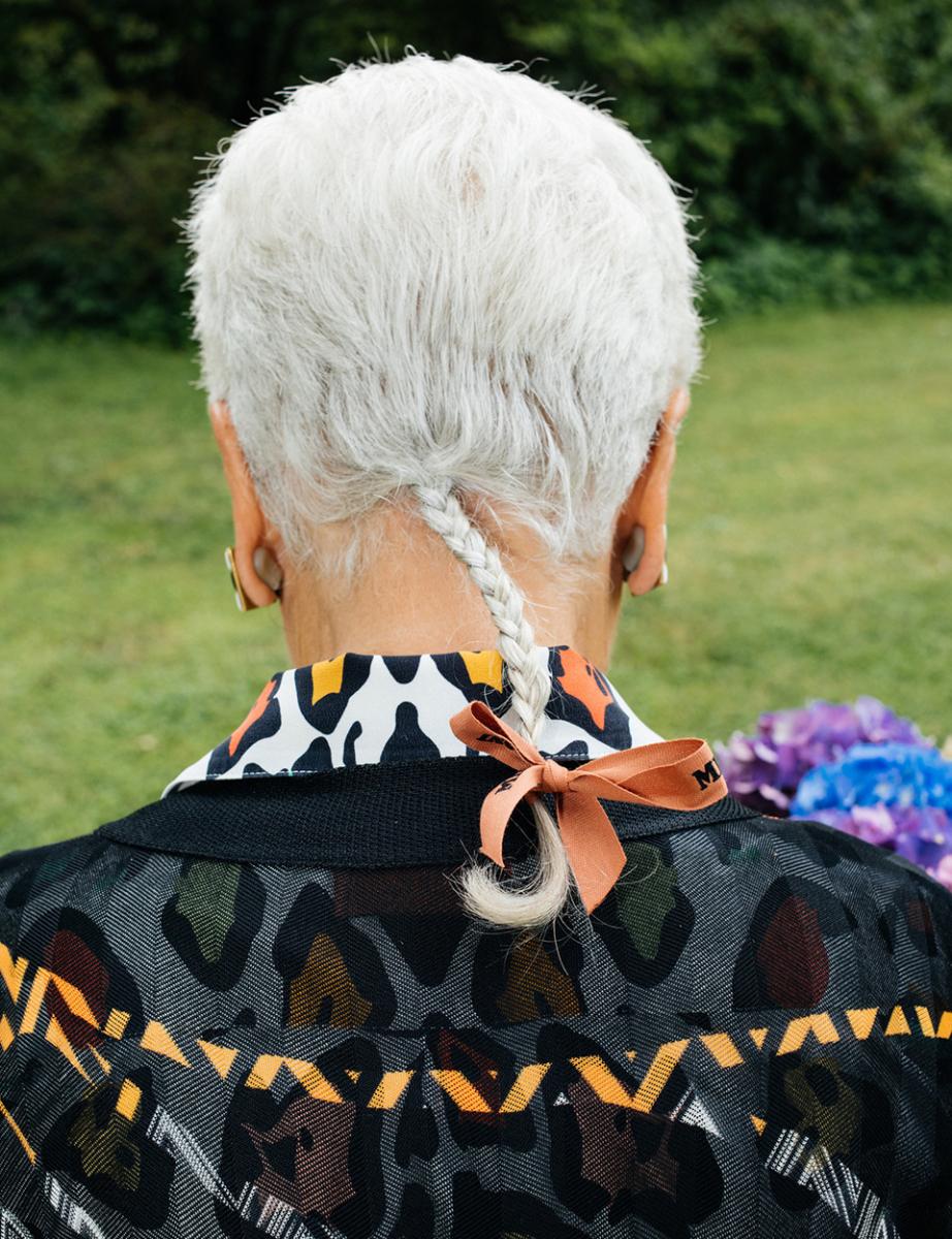 アヒルの尾のように三つ編みにされ、ミッソーニのリボンで結ばれた髪は、彼女の個性的なトレードマークとなっている。でもそれは、ニットをジグザグや点描や縞模様を用いて万華鏡のような柄に変えてしまう彼女にとっては、とりわけ驚くべきことではない